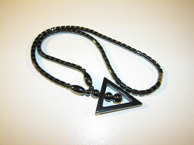 Collier hématite forme triangle